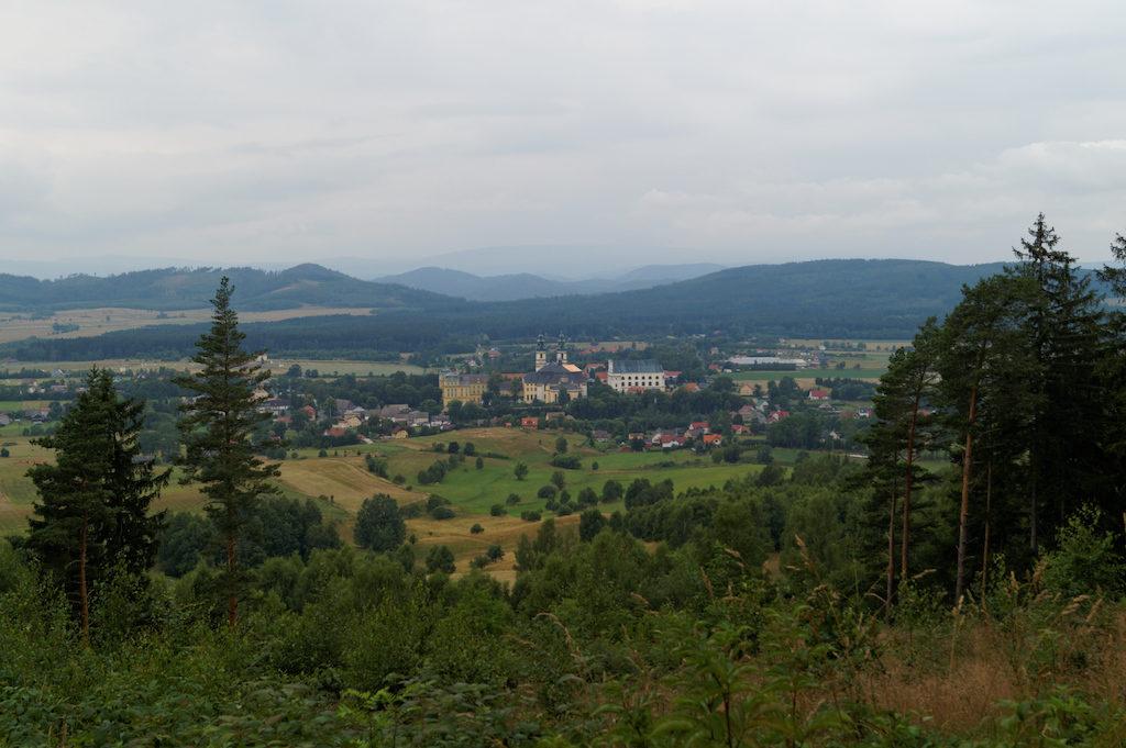 Widok na opactwo z Góry Świętej Anny