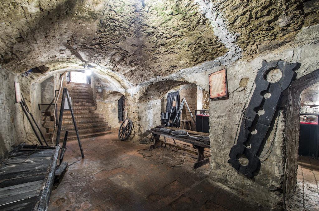 Podziemia zamku tzw. sala tortur – Foto: Adrian Sitko