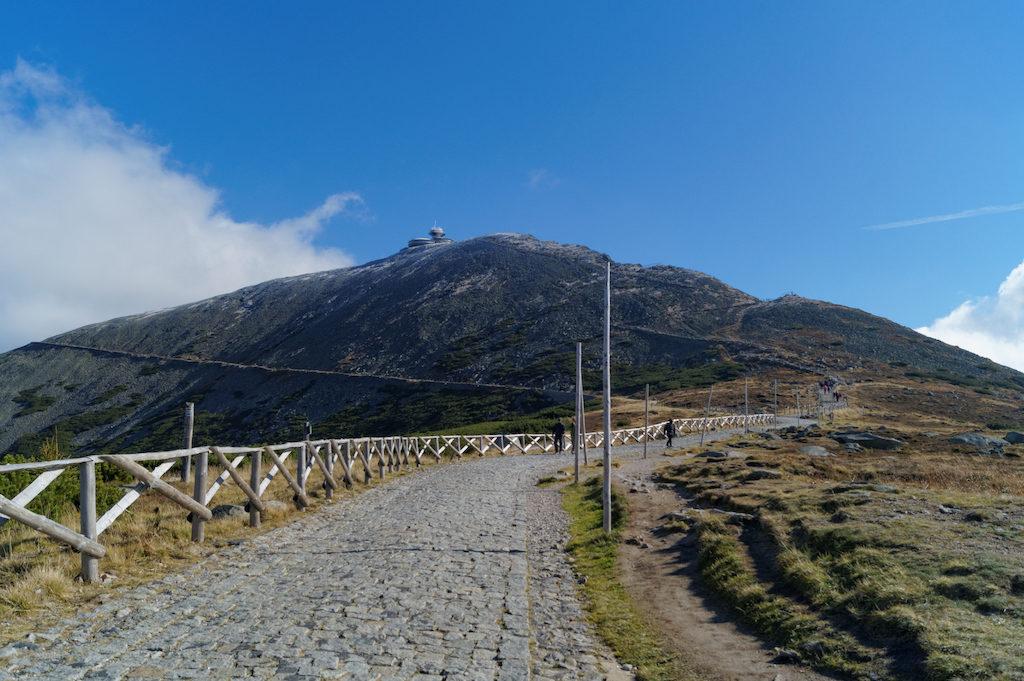 Śnieżka – Najwyższy szczyt Karkonoszy, należy również do najpopularniejszych atrakcji turystycznych w całych Sudetach