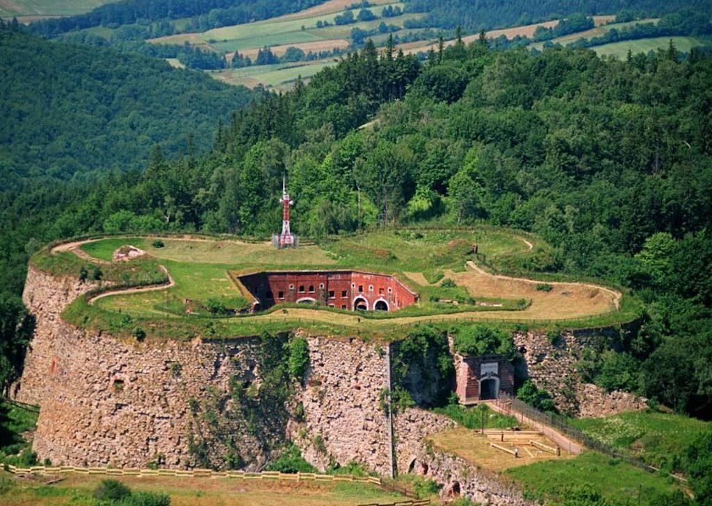 Twierdza Srebrna Góra, położona na Przełęczy Srebrnej oddzielającej Góry Sowie od Gór Bardzkich – Foto: Ksiestwo Źródło: wikimedia.org