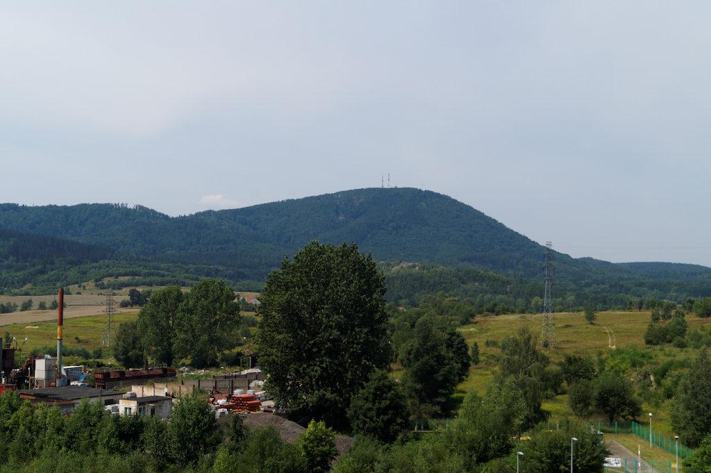 W tle charakterystyczna kopuła Chełmca (Góry Wałbrzyskie), który jest lakolitem i zbudowany jest ze skał wulkanicznych