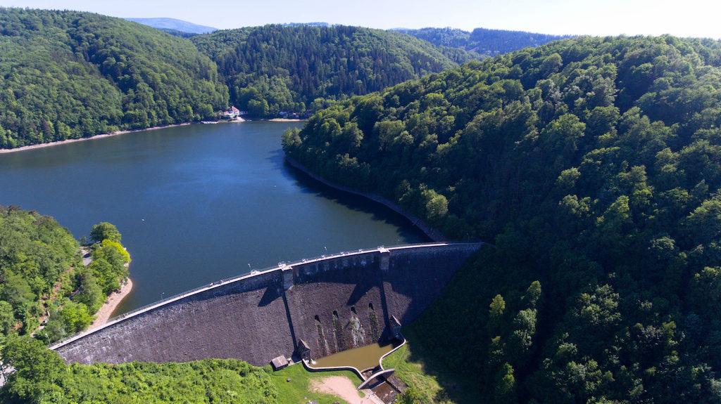 Jezioro zaporowe (Jezioro Bystrzyckie) powstałe w wyniku osadzenia zapory wodnej na rzece Bystrzyca