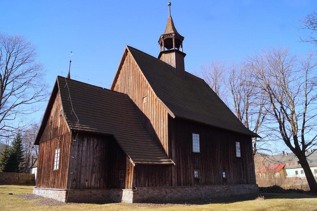Zabytkowy drewniany kościół w Rybnicy Leśnej (Góry Kamienne)