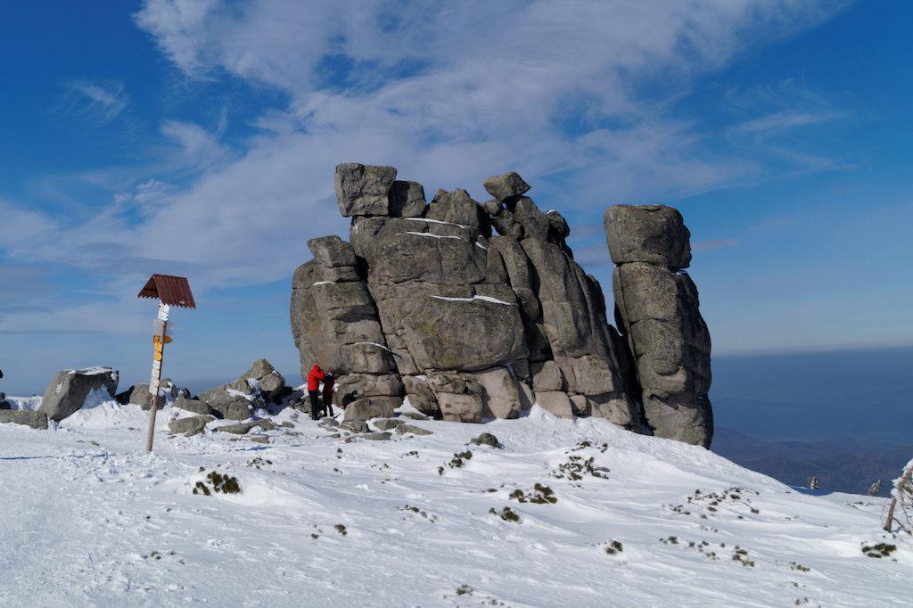 Charakterystycznym elementem krajobrazu Karkonoszy jest występowanie granitowych grup skalnych – Na zdjęciu forma skalna zwana Słonecznikiem