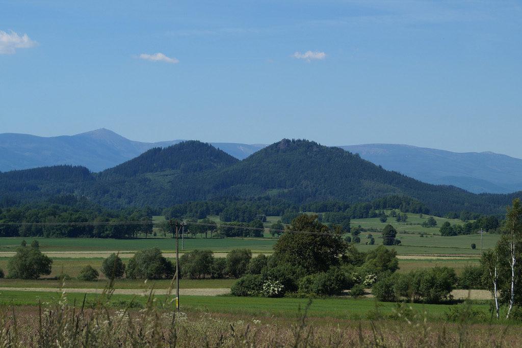 Góry Sokole – Po lewej Krzyżna Góra, po prawej Sokolik