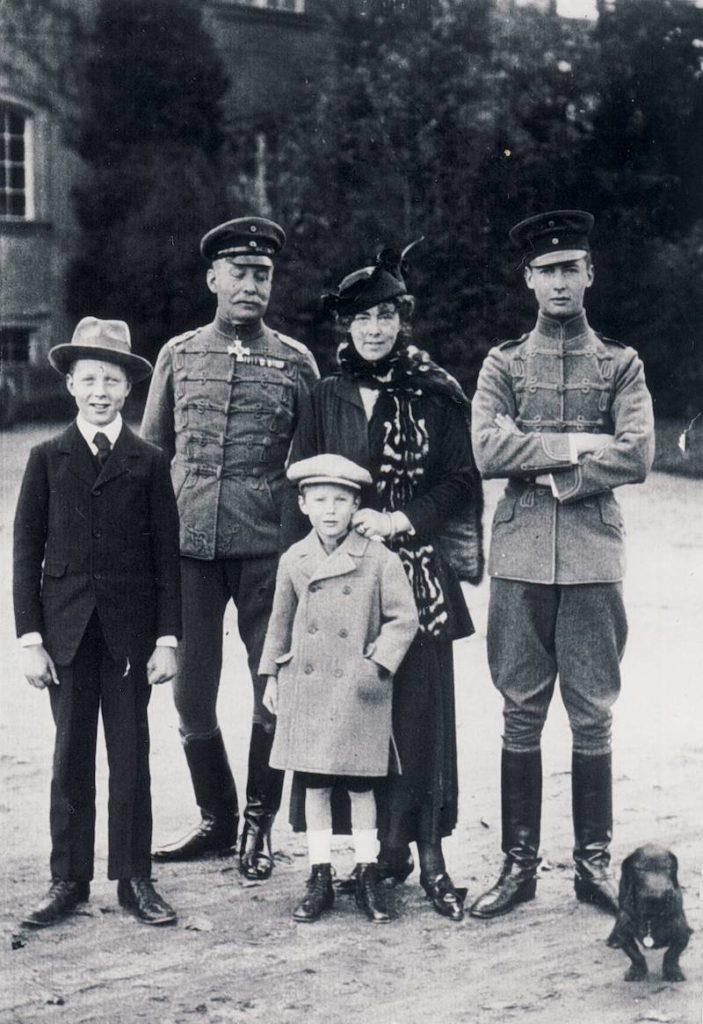 Ostatni właściciele Zamku Książ, z tyłu od lewej książę Jan Henryk XV Hochberg von Pless z żoną księżną Daisy i trzema synami, lata 20. XX wieku – Źródło: Zamek Książ w Wałbrzychu