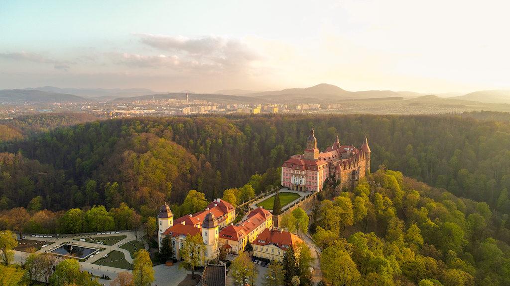 Zamek Książ, w tle Wałbrzych i Góry Wałbrzyskie – Foto: Michał Jabłoński