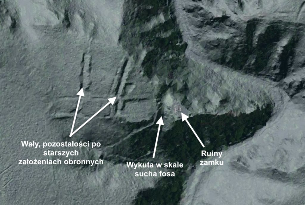 Na modelu numerycznym terenu (LIDAR) widać pozostałości wałów i wykutą w skale suchą fosę – Źródło: geoportal.gov.pl
