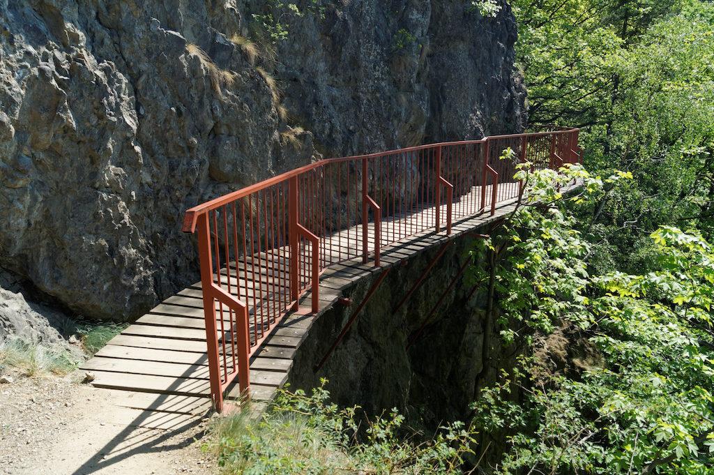 Pomiędzy (nowym) Zamkiem Książ a Starym Książem znajduje się trasa wzdłuż wąwozu prowadząca przez mostki