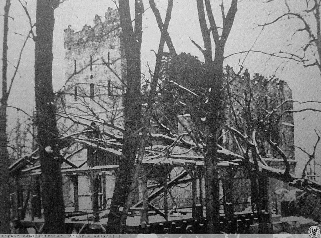 Spalony Stary Książ w 1945 roku – Źródło: polska-org.pl