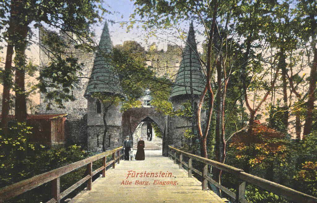 Wejście do Zamku Stary Książ (Fürstenstein Alte Burg) na pocztówce z początku XX wieku