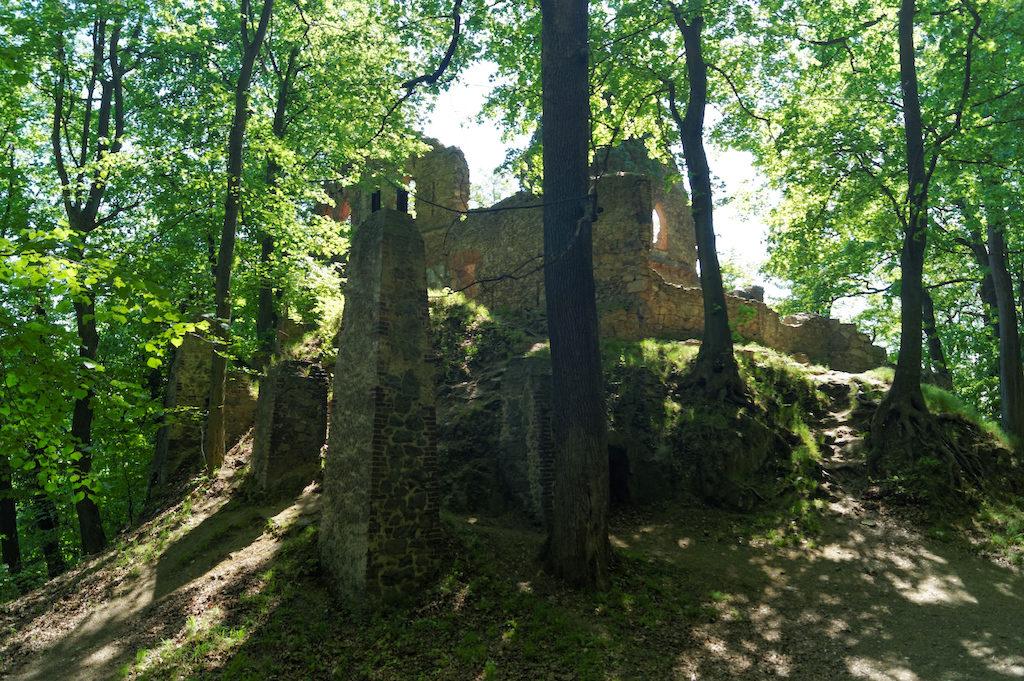 Ruiny Zamku Stary Książ, widać filary podtrzymujące dawne drewniane zabudowania