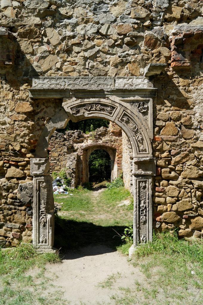 Zachowany renesansowy portal, pierwotnie zamontowany w pałacu w Trzebieniu skąd został przeniesiony do Starego Książa