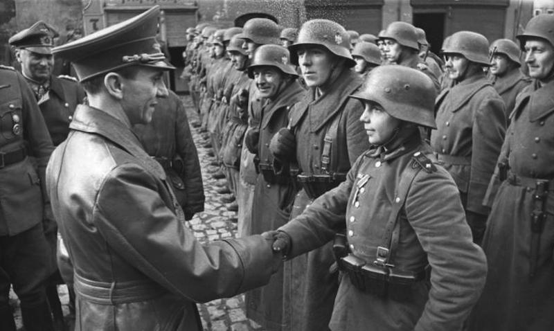 Joseph Goebbels gratuluje 16-letniemu żołnierzowi w Lubaniu 8 marca 1945 roku – Źródło: Bundesarchiv