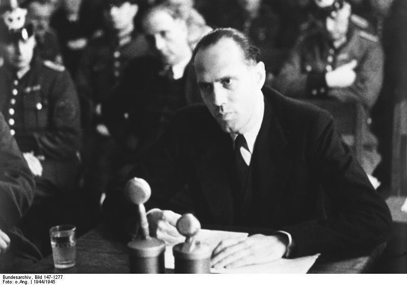 Helmuth James von Moltke w trakcie procesu przed nazistowskim Trybunałem Ludowym – Źródło: Bundesarchiv