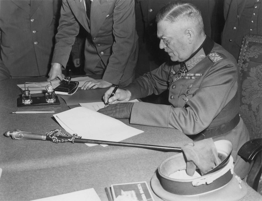 Feldmarszałek Wilhelm Keitel podpisuje akt kapitulacji III Rzeszy 8 maja 1945 roku