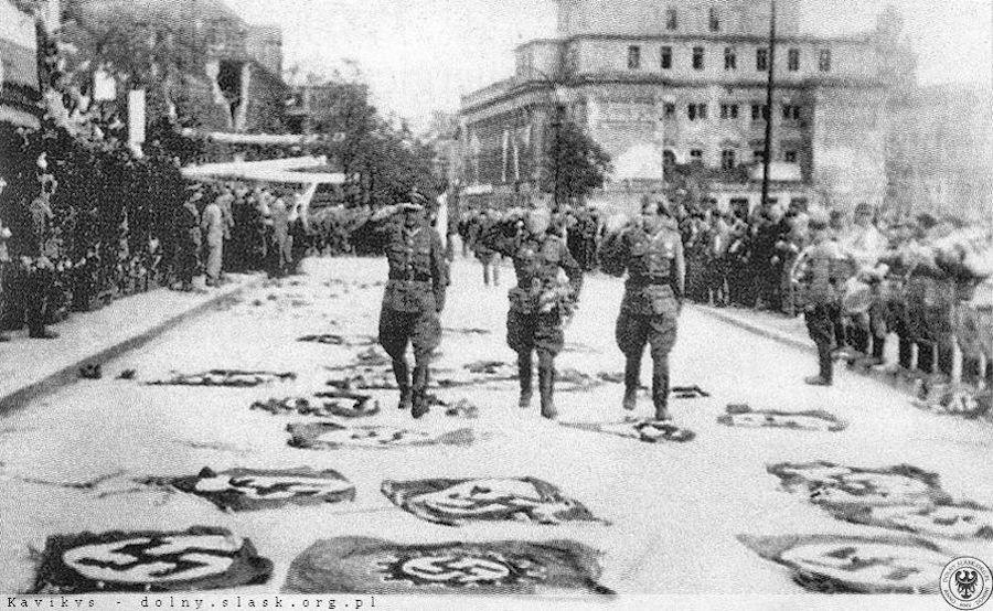 Defilada zwycięstwa we Wrocławiu 26 maja 1945 roku – Źródło: polska-org.pl