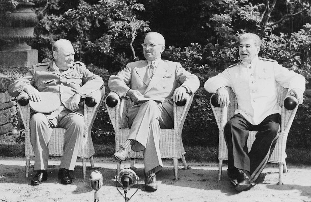 Konferencja w Poczdamie, od lewej Winston Churchill, Harry Truman i Józef Stalin – Źródło: NARA