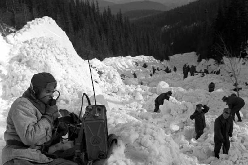 Akcja ratunkowa po zejściu lawiny w Białym Jarze – Zbiory: PAP CAF Źródło: wikimedia.org