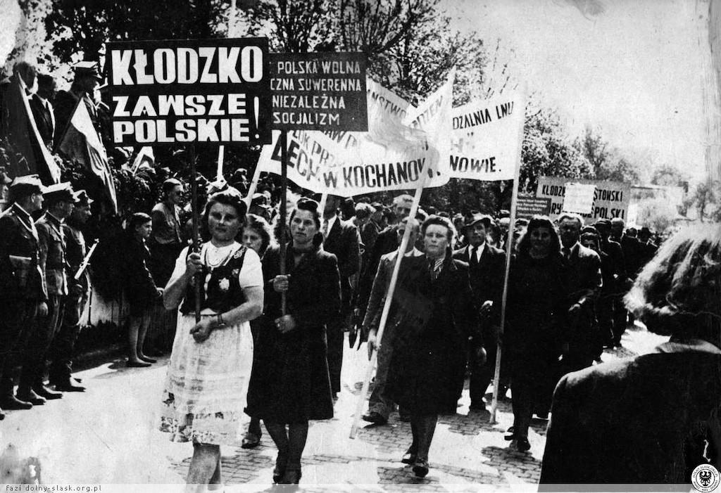 Manifestacja ludności polskiej w obronie polskości Kłodzka i ziemi kłodzkiej – Źródło: polska-org.pl