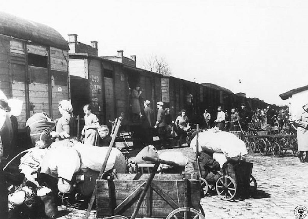 Wysiedlana ludność niemiecka na stacji w Ząbkowicach Śląskich – Źródło: polska-org.pl