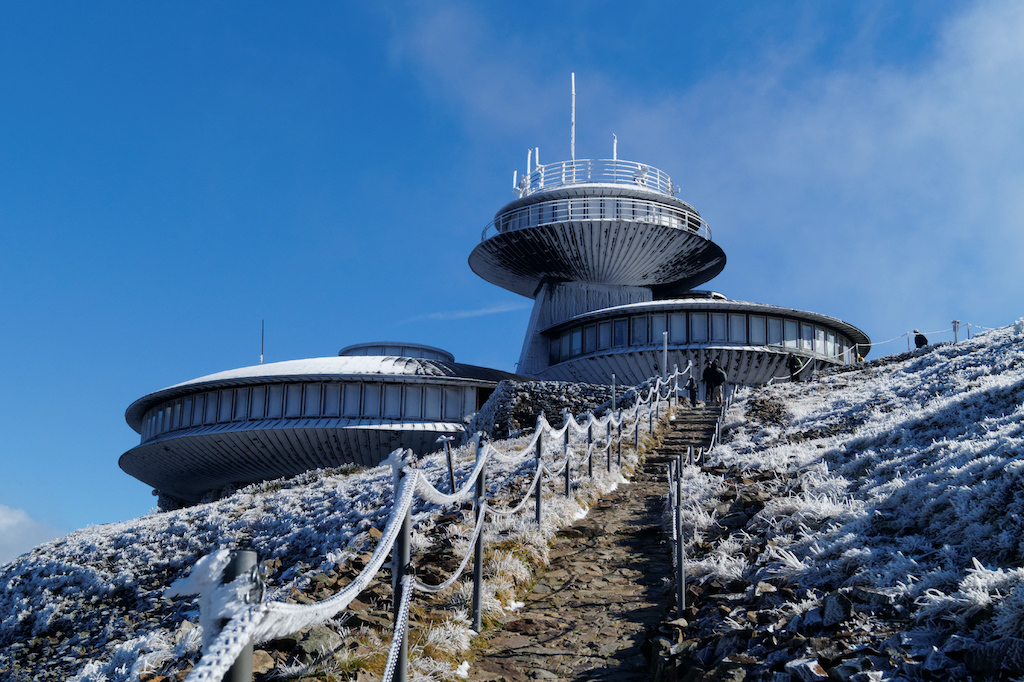 Spodki na szczycie Śnieżki, czyli zabudowania Wysokogórskiego Obserwatorium Meteorologicznego
