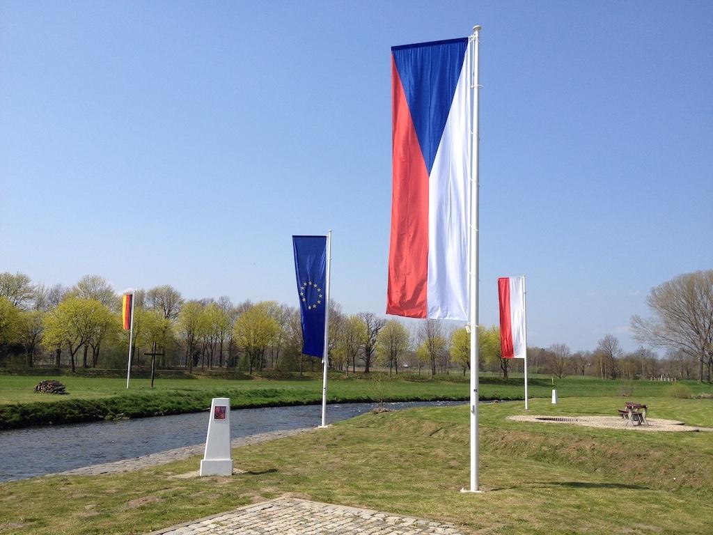 Trójstyk granic Polski, Czech i Niemiec, środkiem płynie Nysa Łużycka