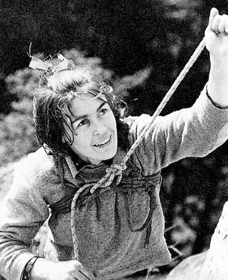 Wanda Rutkiewicz w czasie wspinaczki w Górach Sokolich – Foto: Seweryn Bidziński Źródło: wikimedia.org