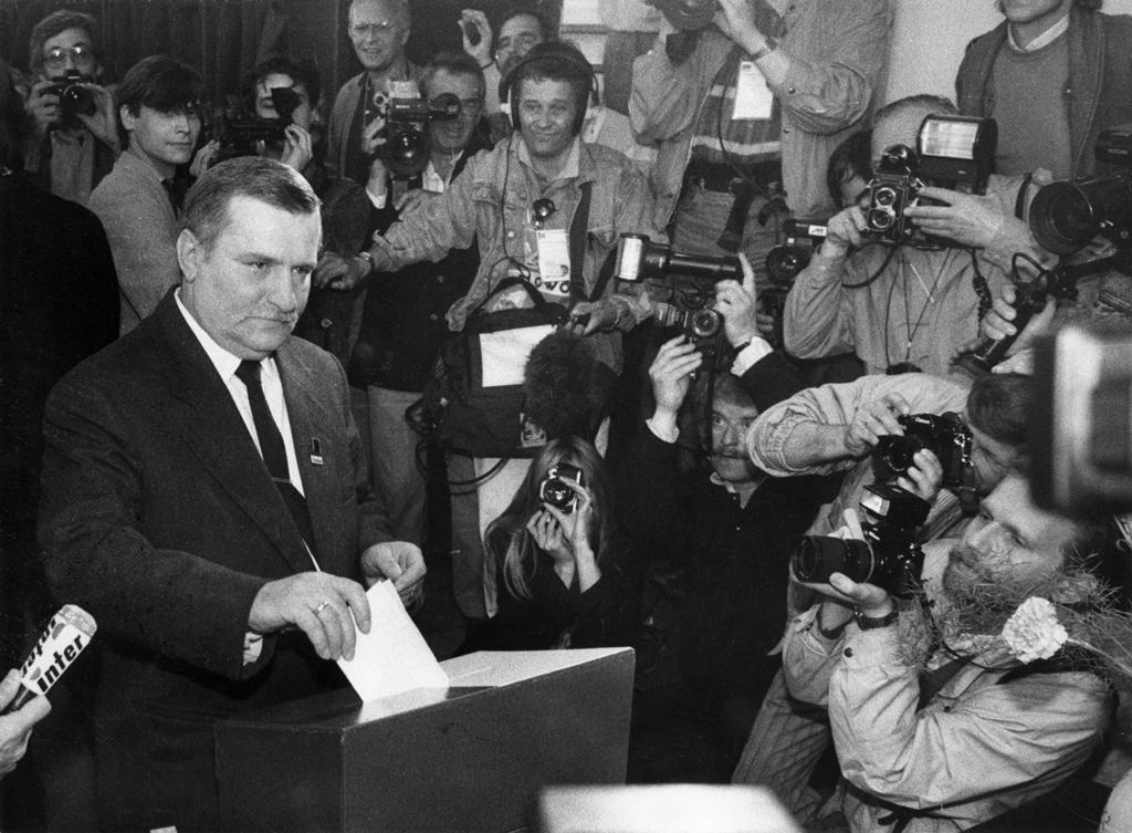 Lech Wałęsa oddaje głos w czasie wyborów 4 czerwca 1989 roku – Autor: Stefan Kraszewski Zbiory: Europejskie Centrum Solidarności Źródło: wikimedia.org