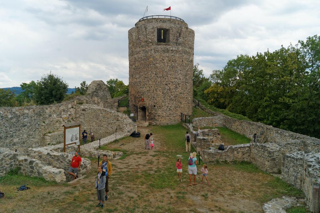 Zamek Wleń, widok z dziedzińca, na końcu wolnostojący cylindryczny bergfried (stołp)