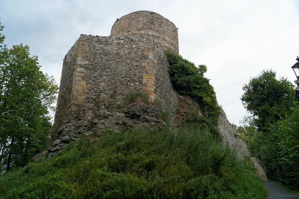 Zamek we Wleniu, widok od podejścia, na pierwszym planie podstawa dawnej sześciobocznej wieży