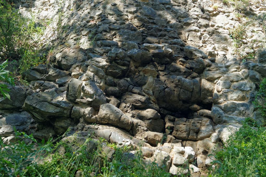 Lawy poduszkowe u podstawy murów zamku we Wleniu