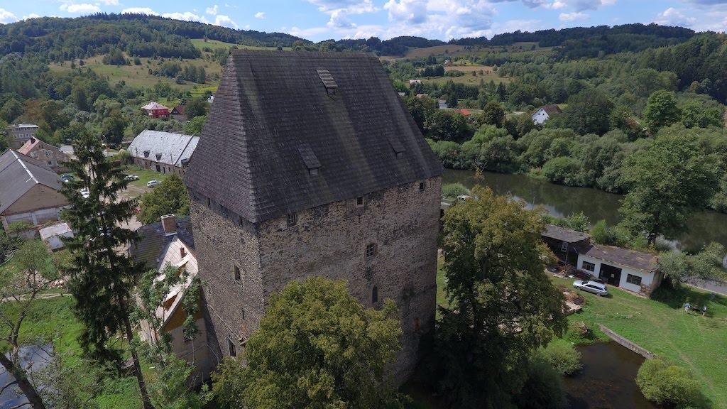Wieża książęca w Siedlęcinie, w tle rzeka Bóbr – Foto: Michał Jabłoński