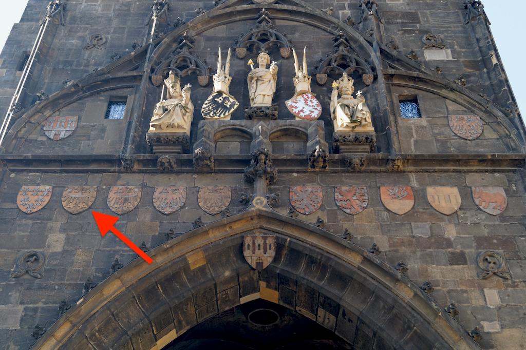 Herb Śląska na staromiejskiej wieży (czes. Staroměstská mostecká věž) Mostu Karola w Pradze