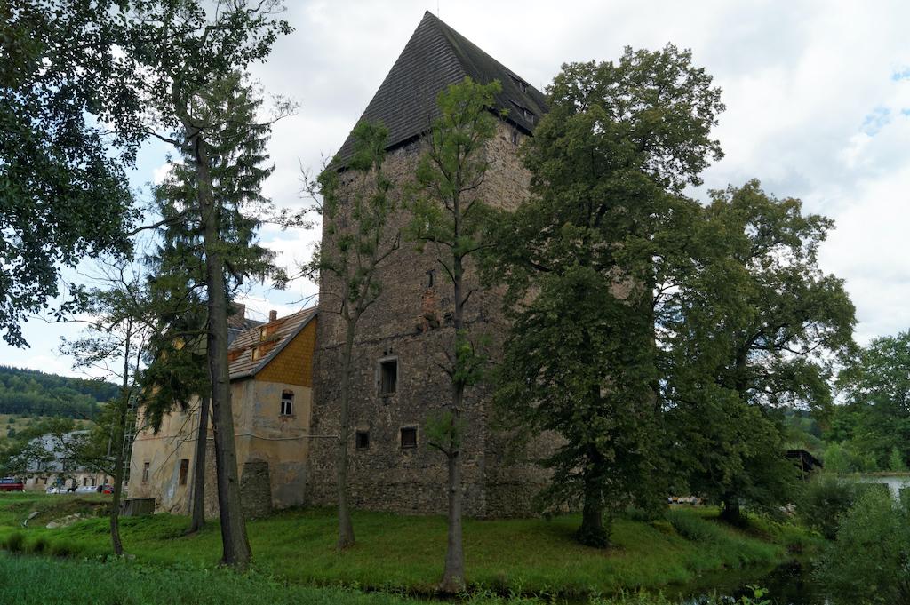 Siedlęcińska wieża została wzniesiona z kamienia łamanego