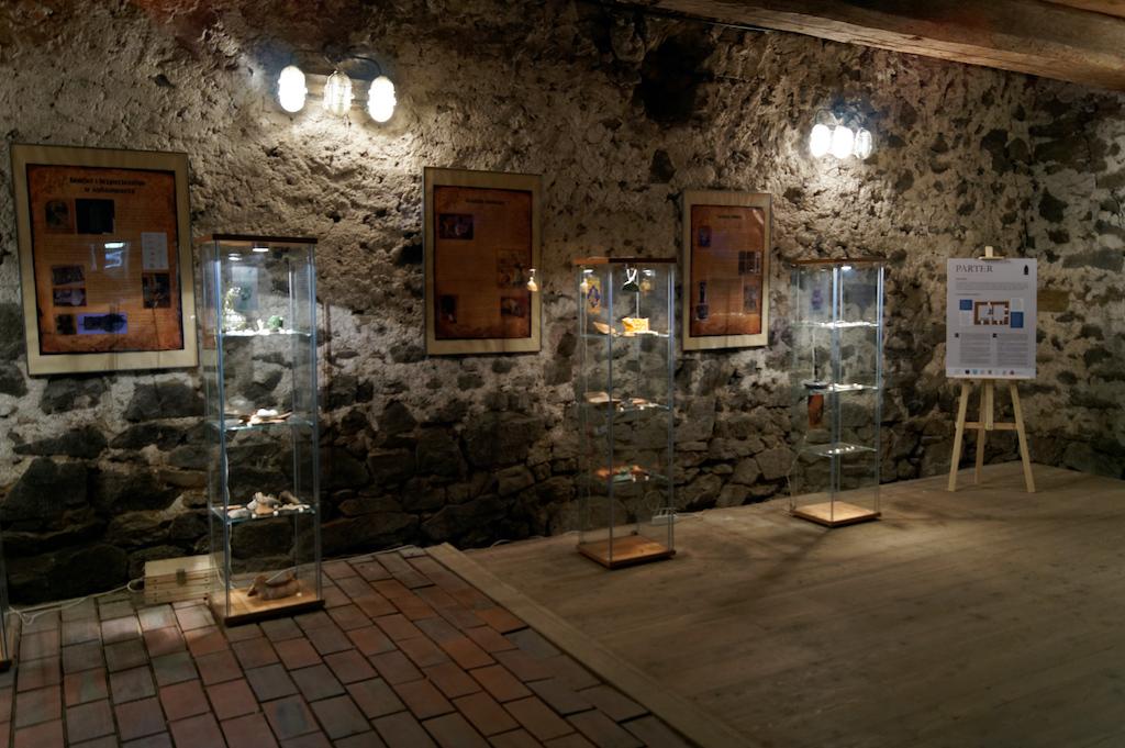 W środku wieży znajduje się m.in. wystawa archeologiczna