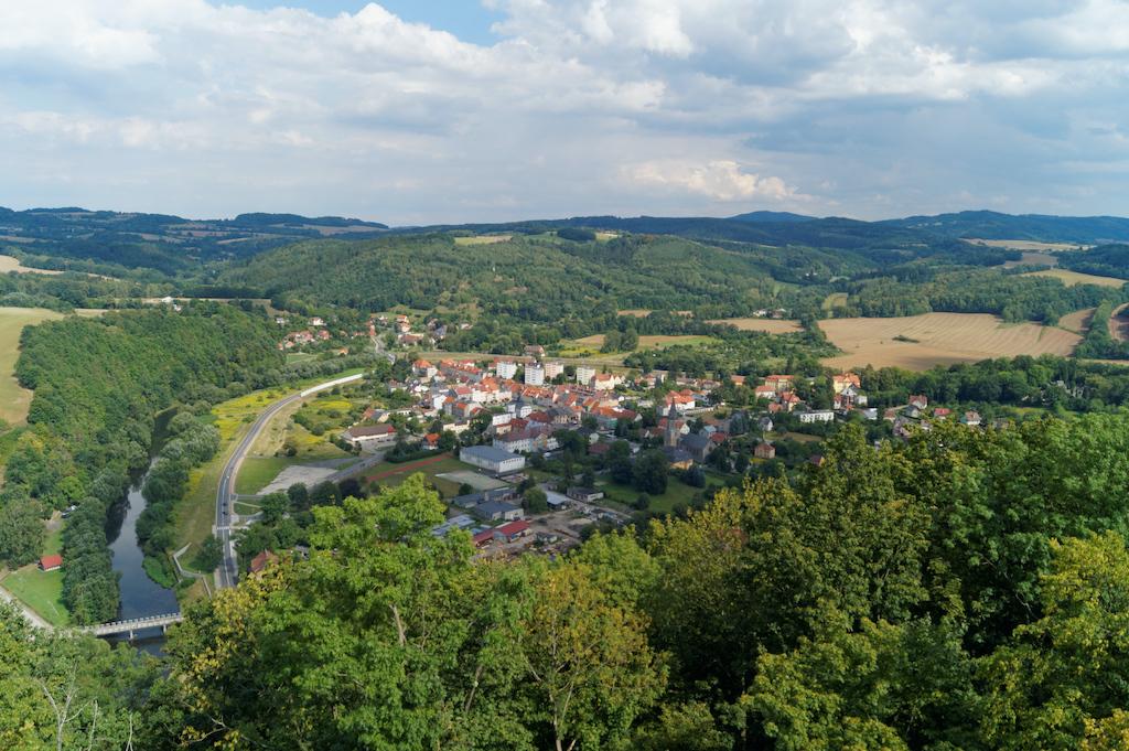 Widok wieży zamku na Wleń i rzekę Bóbr