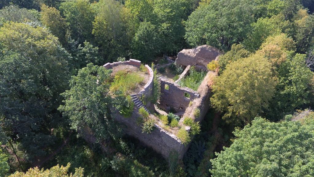 Zamek Cisy, widok z drona na zamek górny – Foto: Michał Jabłoński