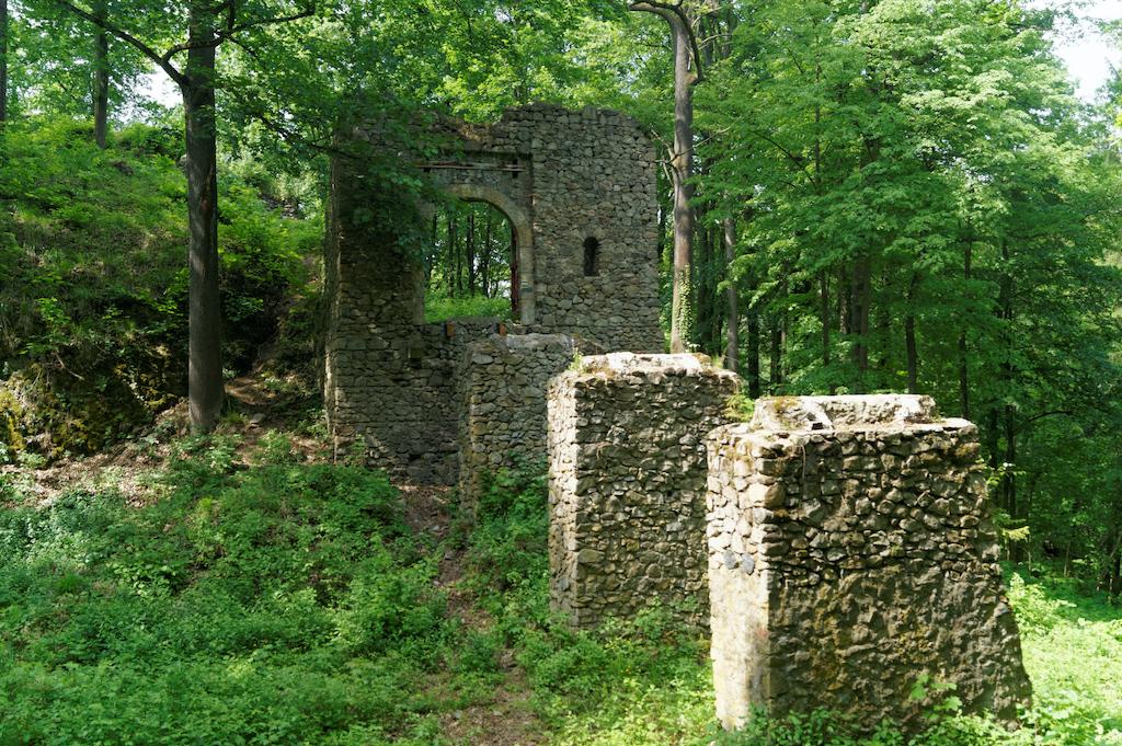 W tym miejscu dawniej znajdował się drewniany most przerzucony nad suchą fosą (wejście jeszcze bez mostu)
