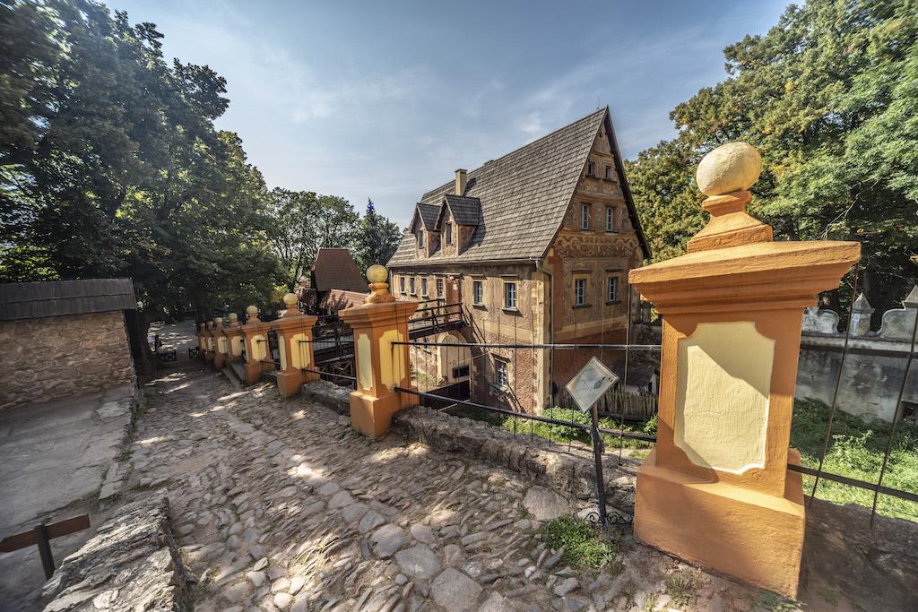 Widok na dziedziniec dolny i budynek bramny – Foto: Adrian Sitko