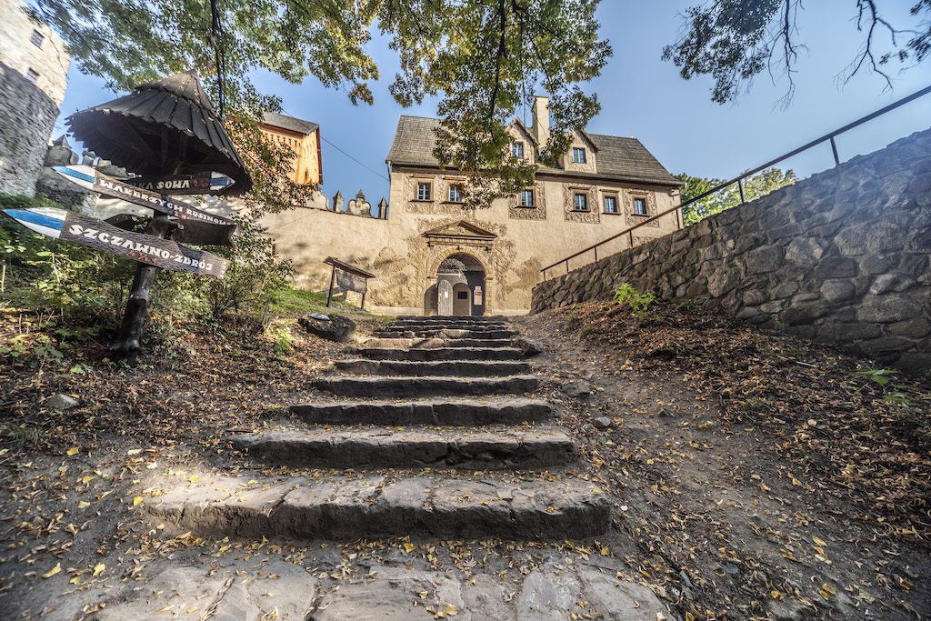 Wejście do zamku odbywa się przez renesansowy budynek bramny – Foto: Adrian Sitko