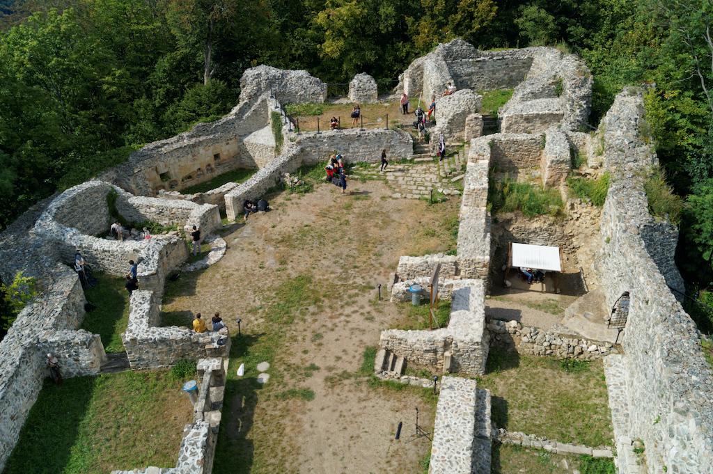 Widok wieży zamku na pozostałości zabudowań dziedzińca
