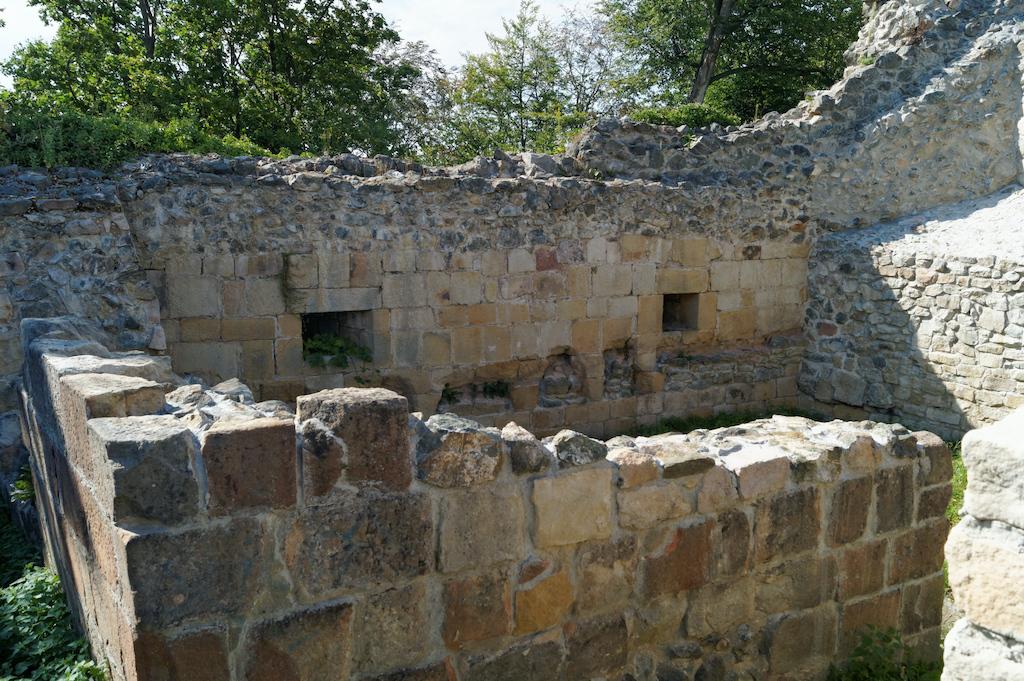 Pozostałości zabudowań na terenie dziedzińca