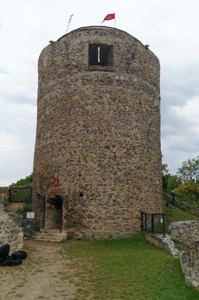 Najlepiej zachowanym elementem jest wolnostojąca wieża, zwana bergfriedem lub stołpem