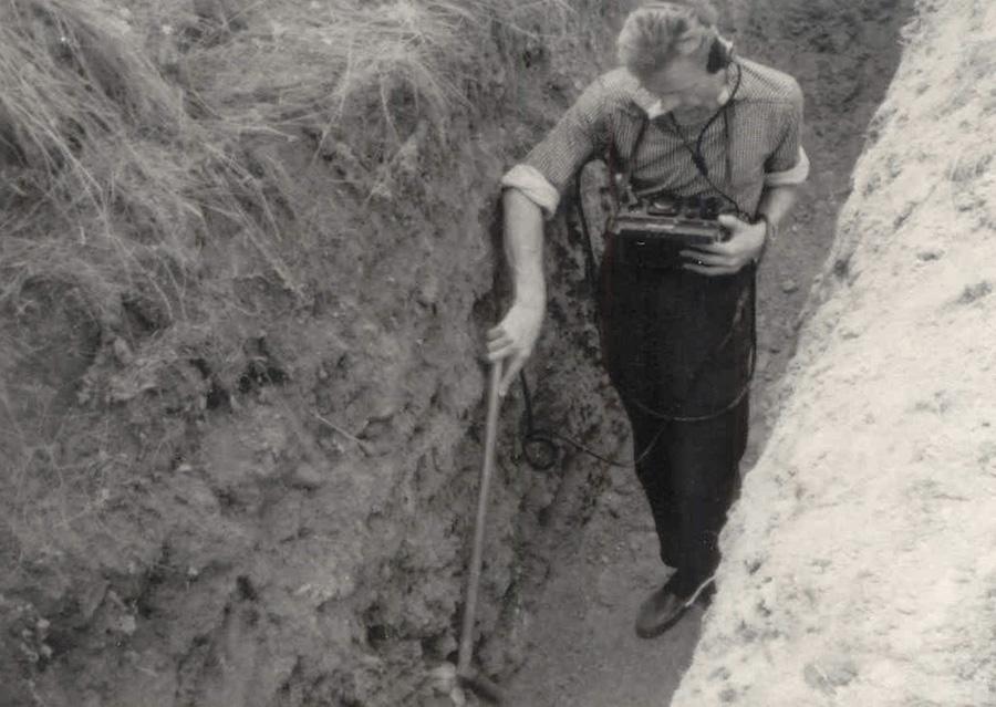 Prace poszukiwawcze, badanie gruntu radiometrem – Źródło: IPN / R. Klementowski