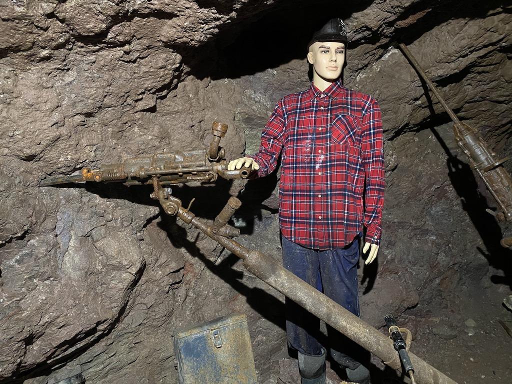 Ekspozycja w podziemnej trasie turystycznej w Kletnie, przodek z wiertnicą