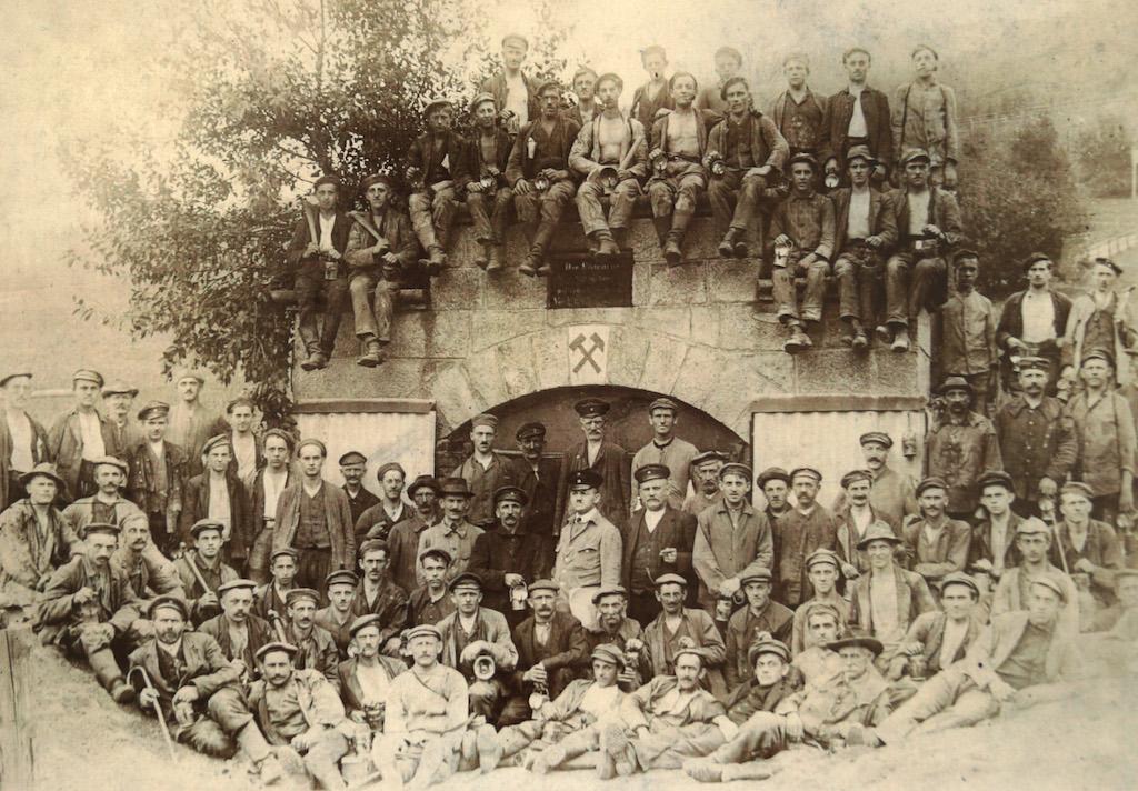 """Górnicy kopalni """"Wolność"""" przed wejściem do sztolni na początku XX wieku"""