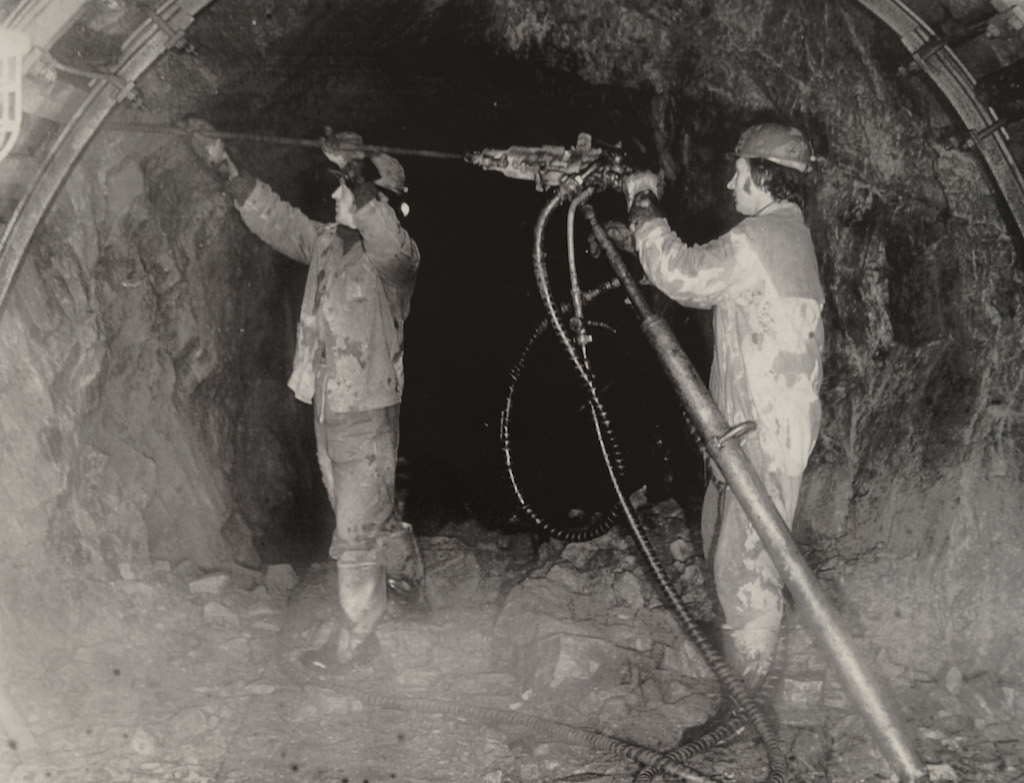 """Praca górników w kopalni uranu """"Podgórze"""" na początku lat 50."""