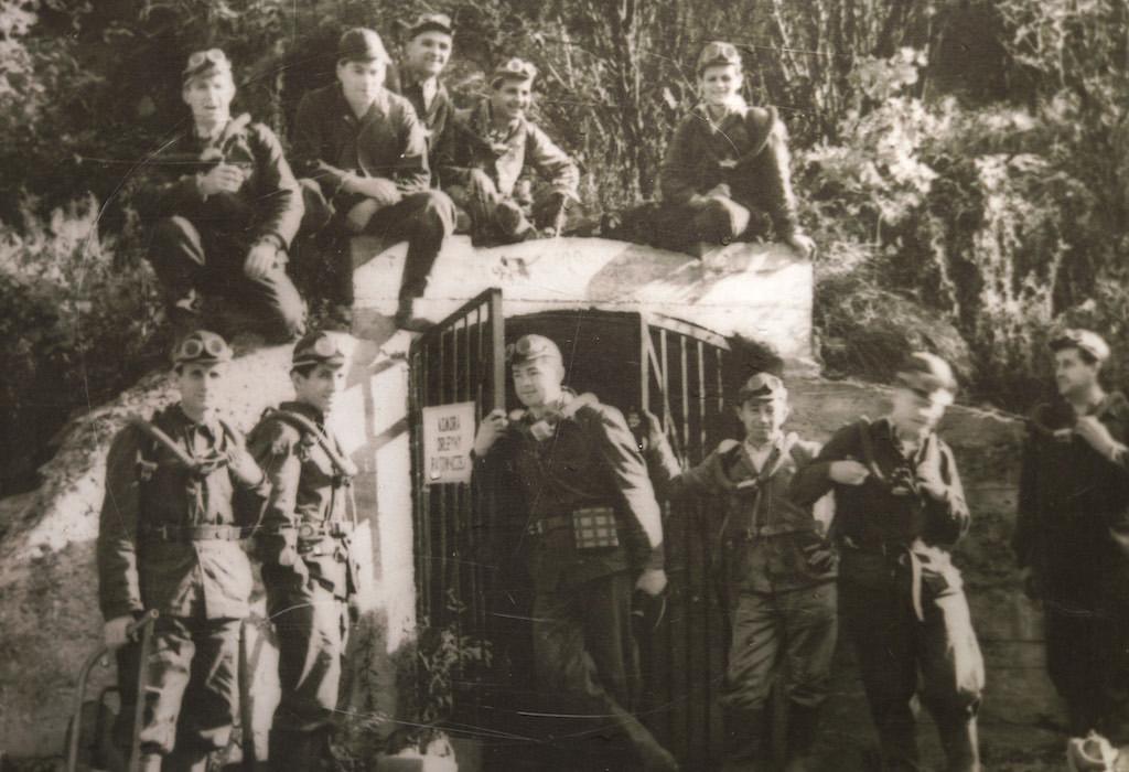 Grupa górników-ratowników przed wejściem do sztolni w czasie szkolenia w 1951 roku