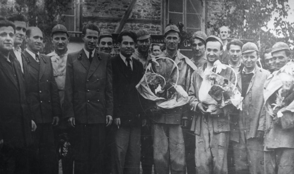 Górnicy ZPR-1, kwiaty wręczone górnikom z okazji pobicia rekordu górniczego – Zbiory: F. Gawor